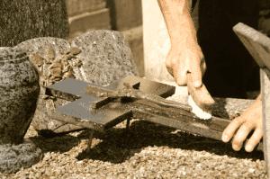 Nettoyage d'ornements sur une sépulture
